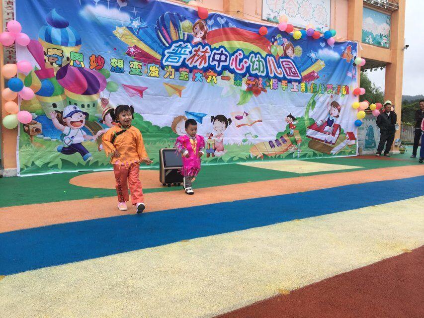 小班幼儿表演自制环保时装秀
